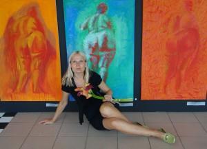 Tiina Tammetalu oma maali taustal.
